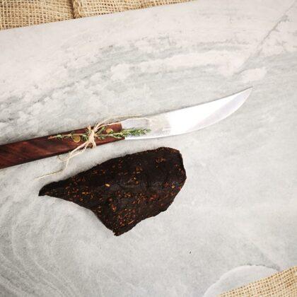 Vītināta nogatavināta liellopa vai brieža gaļa , neslaisēts gabals. Ap 200-300 g